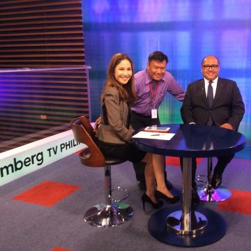 Former Bloomberg TV Philippines segment producer Rom Cumagun poses with news anchor Jean de Castro and HSBC Philippines CEO Wick Veloso before pre-taping Wick's interview